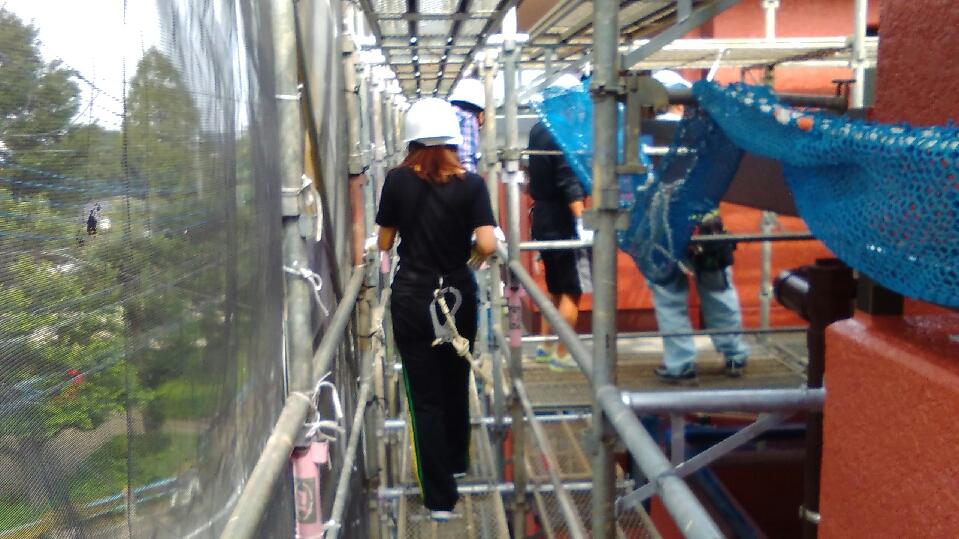新人フロント足場に登る|大規模修繕工事