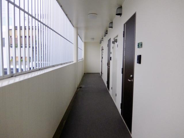 マンションの廊下に私物を置くのはあり?なし?